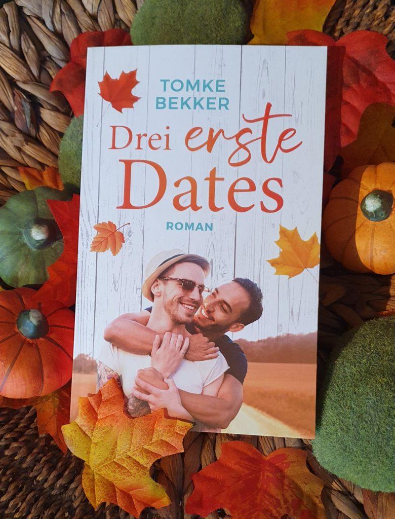 """Taschenbuch zu """"Drei erste Dates"""" in einem herbstlichen Arrangement"""